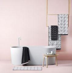 peinture salle de bain rose douce, baignoire à poser blanche, déco sobre, style simple et esthétique