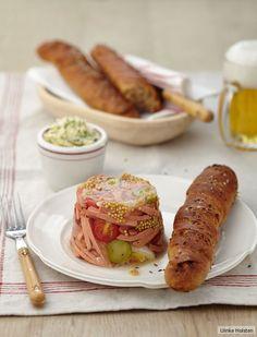 Vesper to go: Wurstsalat als Sülze im Glas mit rustikalen Röstzwiebel-Dinkel-Stangen und Kressebutter.