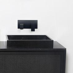 Nestor - Gaston combinatie in zwart rattan en zwart marmer. #blackmarble #zwartmarmer #blackcabinet #bathroomfurniture #badkamersets #modern Health, Life, Health Care, Salud