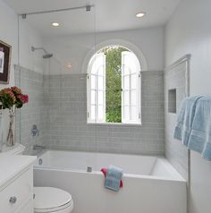 How You Can Make The Tub-Shower Combo Work For Your Bathroom Kleine Badezimmer Badewanne Dusche Combo Ideen Bathtub Shower Combo, Bathroom Tub Shower, Bathroom Renos, Bathroom Ideas, Shower Ideas, Shower Door, Bathroom Designs, Bathtub Ideas, Shower Screen