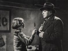 """La película """"Tito: The phantom monk"""" (2015), dirigida por Dani Montlleó, se integra en una tradición documentalista en la que la objetividad del cine contribuye a dar una imagen misteriosa de un personaje real. En esta misma tradición se enmarcaría, por ejemplo, """"Peter Lorre – Das doppelte Gesicht"""" (1984), dirigida por Harun Farocki y Felix …"""