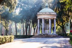Pavillon im Garten und park complex in der Villa Borghese iStock_000057227890_Large EDITORIAL ONLY AndreiRybachuk-2