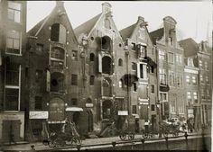 Pakhuizen en woonhuizen aan de Recht Boomssloot 33 t/m 45 (v.l.n.r.). 1897-1900