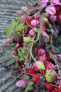 Vackra: Trädgårdskrans - such a beautiful wreath! Memorial Flowers, Deco Floral, Flower Tutorial, Summer Wreath, How To Make Wreaths, Love Flowers, Flower Decorations, Flower Designs, Flower Art