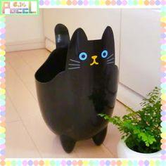 Fancy goods store PoccL: Cat dust ( Recycle Bin ) Clos - Purchase now to accumulate reedemable points! Art Plastic, Plastic Bottle Planter, Reuse Plastic Bottles, Plastic Bottle Crafts, Diy Bottle, Recycled Bottles, Fun Crafts, Diy And Crafts, Painted Flower Pots