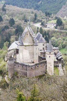 Luxembourg Travel Inspiration - Vianden Castle, Vianden-Luxembourg Beautiful Castles, Beautiful Buildings, Beautiful Places, Medieval Castle, Castle Ruins, Palaces, Parque Natural, Fortification, Monuments
