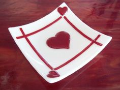 Triple heart Valentine Dish / Plate in fused glass. We have pre-cut hearts! Slumped Glass, Fused Glass Plates, Fused Glass Art, Glass Dishes, Stained Glass, My Funny Valentine, Valentine Doodle, Valentine Ideas, Glass Fusing Projects