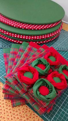 Jogo de sousplat com guardapanos duplos e porta guardanapo de flores...kit lindo para decorar sua mesa num dia especial.