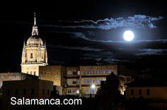 La #luna se escapa por los tejados #Salamanca.