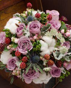 Buchet mireasa cu bumbac si mure, trandafiri lila, eryngium