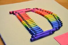 Inspired by Rainy Tuesday Mornings to make a crayon monogram: It's going to be a present for my younger daughter's teacher. I consulte. Crayon Monogram, Crayon Letter, Crayon Art, Preschool Teacher Gifts, Preschool Crafts, Crafts For Kids, Craft Gifts, Diy Gifts, Babysitter Gifts