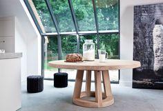 Dieser runde tisch aus Eichenholz wurde von Remy Meijers entworfen. Das Tischblatt ist sternförmig aufgebaut und besitzt dadurch ein schönes Lininespiel im Holz.