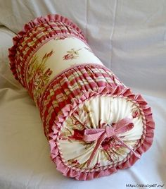 country style pink roll pillow Z Sewing Pillows, Diy Pillows, Decorative Pillows, Throw Pillows, Cushions, Sewing Crafts, Sewing Projects, Bolster Pillow, Cushion Covers