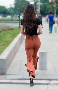 Black crop top with form-fitting flare pants 한국 여자 패션, 여성 패션, Sexy Dresses, 여배우, 드레스, Sexy Women, 섹시한 다리, 옷, 귀여운 옷