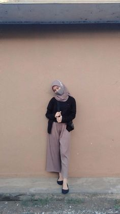 Casual Hijab Outfit, Ootd Hijab, Girl Hijab, Street Hijab Fashion, Hajib Fashion, Fashion Poses, Muslim Fashion, Fashion Outfits, Ootd Poses