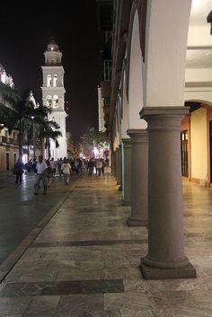 #Veracruz de noche no pierde su encanto tan peculiar.