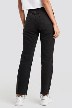 These jeans feature a high waist, raw hems, a straight fit, a five-pocket design, belt loops and a zip and button closure. Outfit Jeans, Sweatshirt Outfit, Hoodie, Sporty Outfits, Casual Winter Outfits, Jean Outfits, Beige Outfit, Mon Jeans, Short Faux Fur Jacket