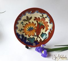"""50s Dutch Royal Zuid Holland -Gouda Pottery wall plate / charger, 9"""" / 23cm. Pattern/ decor Kabor - colorful handpainted floral motif. Little house marked. Made by Plazuid - Plateelfabriek Zuid Holland / Plateelbakkerij Zuid Holland, PZH in Gouda.  In good condition, by SoVintastic. €30 only"""