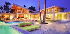 Casa de lujo con colores llamativos