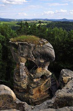 ČESKÝ RÁJ Klokočské skály se vypínají nad obcí Klokočí a z 1600 metrů dlouhé skalní plošiny je nádherný panoramatický výhled na severní a jihovýchodní část Českého ráje s jeho nejvyšším vrcholem – 744 metrů vysokým Kozákovem s rozhlednou. Na skalních plošinách rostou borůvky a brusinky, které lákají k zastavení. Desítky metrů vysoké skalní věže jsou oblíbeným cvičným místem horolezců a je z nich skutečně monumentální