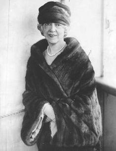 Elsie de Wolfe 1880 Elsie de Wolfe (also known as Lady Mendl (December – July was an American actress, interior dec. Elsie De Wolfe, Houses In France, American Interior, Victorian Interiors, Important People, Vintage Fur, Lloyd Wright, Villa, Women In History