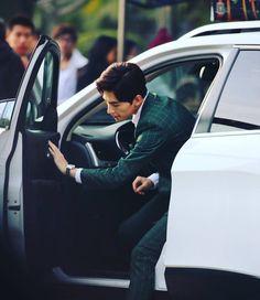 周一来了,那边天空下雪了,宝宝们都好好保暖了吗?开个门瞅瞅你们 #杨洋 #杨洋icon #yangyang #yangyangicon #manstyle #greensuit #temptation #car #handsome