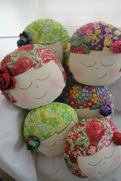 Almofada Nina! -- couldn't find free pattern. These pillows should be easy to…