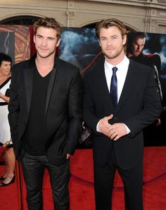 """Liam Hemsworth and Chris Hemsworth Photo - Premiere Of Paramount Pictures' And Marvel's """"Thor"""" - Red Carpet"""