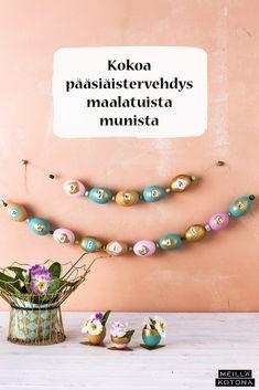 Pääsiäisköynnös kootaan munista, jotka muodostavat kirjain kirjaimelta pääsiäistervehdyksen. Lisäksi tarvitset pastellivärejä ja kultaista maalia. #meilläkotona #meilläkotonafi #pääsiäinen #pääsiäisaskartelu #pääsiäismunat #pääsiäiskoristeet