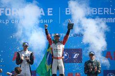 Victoria en casa para el equipo #Audi Sport ABT Schaeffler Edoardo Mortara de Venturi fue el segundo lugar Mitch Evans de Jaguar Racing en el tercer lugar Más de diez pilotos siguen en la batalla por el título Seis equipos pelean por el título Jaguar, Formula E, Audi, Victoria, Movie Posters, Movies, Home, Cattle, Racing