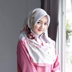 Semangat pagi😊 aku pake segiempat motif dari @elqueenhijab.id 💕 motif nya banyak banget loh 😍 Hijabi Girl, Girl Hijab, Hijab Outfit, Beautiful Hijab Girl, Beautiful Muslim Women, Indian Girl Bikini, Indian Girls, Modern Hijab Fashion, Muslim Fashion