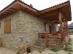 Single storey natural stone house - Natural stones, natural stone houses and .-Tek katlı doğal taş ev – Doğal taşlar, doğal taş evler ve doğal taş… Single storey natural stone house – Natural stones, natural stone houses and natural stone quarries - Cabin Homes, Log Homes, Style At Home, Home Design Decor, House Design, Stone Cabin, Old Stone Houses, Stone Masonry, House On The Rock