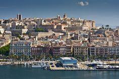 Sardaigne #Cagliari . Située au sud de la Sardaigne, Cagliari est la capitale de l'île. Cette cité typiquement méditerranéenne est une métropole cosmopolite entourant un centre qui regorge de tavernes et de restaurants installés sur de nombreuses piazzas pavées. Les passionnés de culture adoreront Castello, le quartier historique de Cagliari, où les tours du 13ème siècle montent toujours la garde à l'entrée des murs d'enceinte de la ville. http://vp.etr.im/ab8b