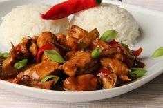 Maso, slaninu a zeleninu nakrájíme na nudličky. Maso osolíme, okořeníme pepřem a parikou a zaprášíme moukou. Promícháme a orestujeme na oleji.... Kung Pao Chicken, No Cook Meals, Food And Drink, Treats, Cooking, Ethnic Recipes, Fitness Man, Foods, Asia