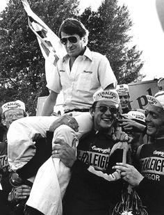 Ploegleider Peter Post op de schouders van wielrenners Gerrie Knetemann (midden) en Jan Raas (links), nadat Johan van der Velde (achtergrond) van de Raleigh-ploeg in 1978 de Profronde van Nederland heeft gewonnen.