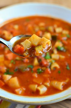Slimming Eats Minestrone Soup - gluten free, dairy free, vegetarian, Slimming World and Weight Watchers friendly (Soup Recipes Minestrone) Cheap Clean Eating, Clean Eating Snacks, Healthy Eating, Vegetarian Recipes, Cooking Recipes, Healthy Recipes, Speed Soup, Slimming World Soup Recipes, Slimming World Minestrone Soup
