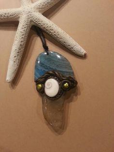 Colgante con un ágata azul, un operculo de las playas de Cadiz, un cristal de playa y perlas por 20\u20ac pieza unica en www.bisuterialaola.com
