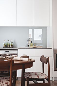 White kitchen, glass backsplash and walnut furniture | Design*Sponge