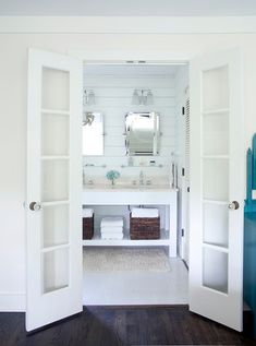 Just LOVE this bathroom. The white with the dark hardwood floors...ah-mazing!
