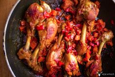 Znowu pałki kurczaka? Znowu pikantne? Ale nie aż tak, jak ostatnio. Tym razem w fajnym sosie, który podkręca ostra wędzona papryka. Możecie użyć słodkiej, jeśli wolicie, ale ważne, żeby nadal była wędzona, a nie zwykła. Sporo daje sos z marchewką i papryką, które o dziwo, w tym zestawieniu nie przeszkadzają nawet tym, którzy warzyw nieCzytaj więcej