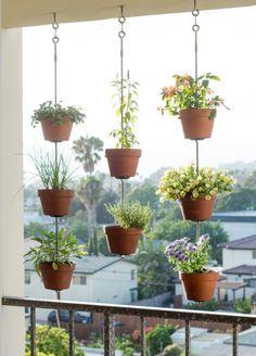 Jardim suspenso: vasos ficam pendurados próximos ao guarda-corpo da varanda. Além das visitas, os vizinhos também podem apreciar o espaço.