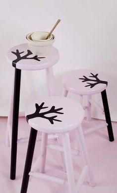 DIY, cute idea, one leg painted a different color Funky Furniture, Paint Furniture, Furniture Makeover, Painted Bar Stools, Painted Chairs, Decoracion Low Cost, Paint Bar, Diy Painting, Decoration