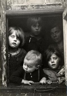 Arme kinderen voor een raam / Poor children looking through a window