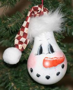 Esta venta es para el patrón PDF sólo de mi diseño original de una bombilla de muñeco de nieve árbol de navidad ornamento. El patrón incluye una foto del adorno final, la fuente lista, todas las instrucciones (incluyendo construcción de sombrero) y 2 alternan expresiones faciales para usar en la bombilla. Se trata de un principiante + diseño que es fácil y rápido y hace grandes regalos. Solo aman la originalidad de reutilización de las bombillas en un adorno único. Puesto que este es un…
