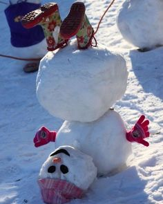 24 Clever Ways to Build a Snowman ein Schneemann steht Kopf The post 24 Clever Ways to Build a Snowman appeared first on Kinder ideen. Noel Christmas, All Things Christmas, Winter Christmas, Hygge Christmas, Christmas Humor, Simple Christmas, Christmas Ideas, Holiday Fun, Holiday Crafts