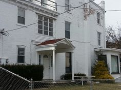 904 W. Walnut street- lovely 2nd floor unit 3 bedroom,  1 bath, hardwood floor and more for only $875.