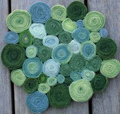 Beautiful Scraps: Standing Wool Rugs Circle rug using strips of wool, felt or fleece. link is mostly photos with an additional link to a Circle Rug, Penny Rugs, Diy Carpet, Wool Applique, Rug Hooking, Carpet Runner, Felt Crafts, Cool Rugs, Wool Felt