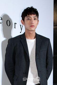 이수혁(Lee soo hyuk) Lee Hyuk, Lee Soo, Boy Hairstyles, Haircuts, Asian Hair, Actor Model, Silver Hair, Korean Beauty, Asian Men
