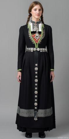 ) Winter costume from Hardanger, Norvège. Historical Costume, Historical Clothing, Folklore, Norwegian Clothing, Costume Ethnique, Costumes Around The World, Folk Clothing, Ethnic Dress, We Are The World