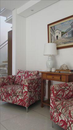 Duas poltronas contemporânea com estampas coloridas viram destaques junto com esse quadro colonial e este pequeno aparador em madeira maciça! www.arquiteturaajr.com 11 4162-4182